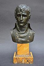 Un buste en bronze de Napoleon (h tot. 30)