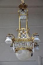 Un lustre en bronze monté d'une coupe