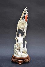 Sculpture chinoise en ivoire 'pècheur avec une oie' (h30)