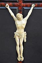 Corpus en ivoire sur croix en écaille (h62) (*)