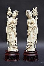 Deux dames à fleurs en ivoire (h26,5)