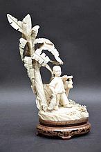 Sculpture en ivoire 'garçon sous un arbre' (h20)