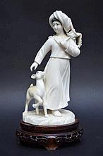 Sculpture chinoise en ivoire 'fille avec un cerf'