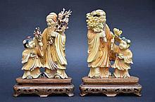 Paire de sculptures chinoises en ivoire 'sages et enfant'