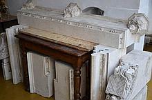 Une cheminée neogothique en pierre blanche avec  baldaquin en chêne