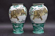 Paire de vases en porcelaine  'tigres' (h31)(*)