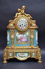 Pendule Napoleon III en bronze decoré de plaquettes de Sèvres (50x36x19)