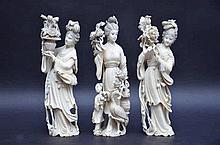 Trois dames avec  fleurs en ivoire (h23)