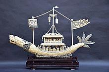 Grand bateau Chinois en ivoire et/ou os sur socle en bois (69x113x13)(*)