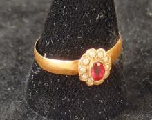 Bijou : Bague en or jaune 18K sertie d'un rubis synthétique et petites perles