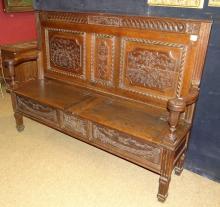 Meuble: Archebanc de style Louis XVI en chene assise ouvrant sur deux coffres (éléments anciens)