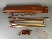 Arme : Arc à flèches et flèches du jeu de maquet dans son carquois marque suédois SEE FAB SANDVIKEN