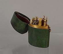 Objet: Nécessaire de voyage contenant 1 carafe a/ bouchon en or jaune et divers accessoires en plaqué et ivoire dans un écrin en galuchat
