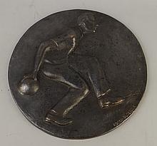 Sculpture relief rond en bronze -Joueur de handball- signé et de *DUTERME R.* (Roger) (Etterbeek 1919 Woluwé St Lambert 1997) diam: 35cm
