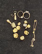 Bijou en or: dents et divers (acc) 198gr + dent bague éclats de diamants et bague sertie d'un profil facon camée poids brut 52gr