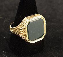 Bijou: Bague chevalière en or jaune 18k décor repoussé sertie d'1 pierre polie verte (pt écl) Taille env57 (17) 36gr