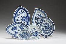 CHINESE EXPORT PORCELAIN BLUE AND WHITE TEAPOT STAND AND TWO SPOON TRAYS, CIRCA 1775.