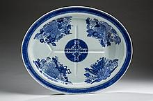 CHINESE EXPORT PORCELAIN BLUE 'FITZHUGH' WELL-AND-TREE PLATTER, NINETEENTH CENTURY.