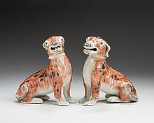PAIR OF CHINESE EXPORT PORCELAIN FIGURES OF SEATED HOUNDS, CIRCA 1770.