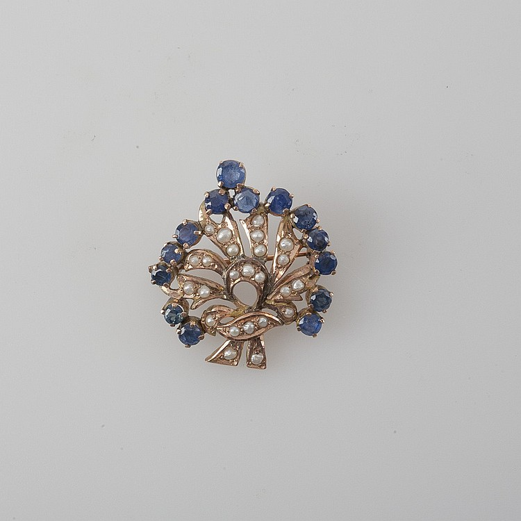 LADY'S SAPPHIRE AND PEARL PIN IN THE SHAPE OF A LEAF.