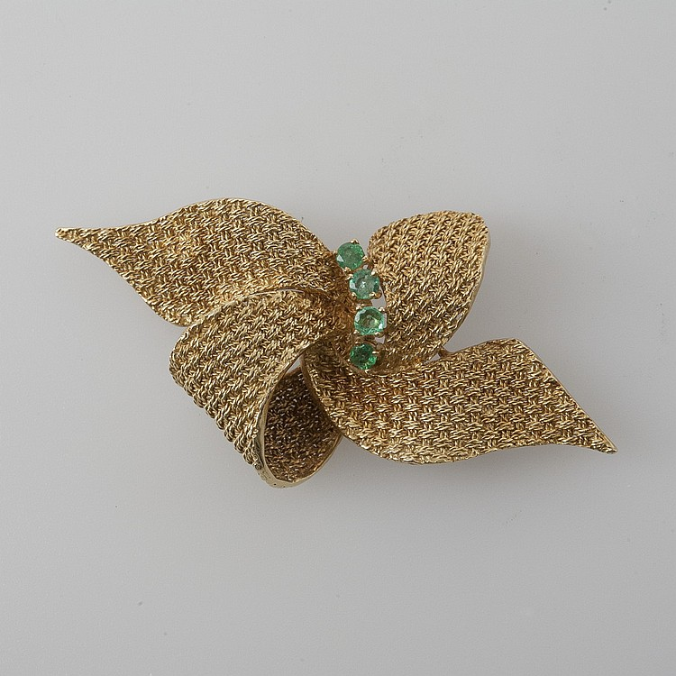 18K GOLD BOW-SHAPED PIN WITH EMERALDS.