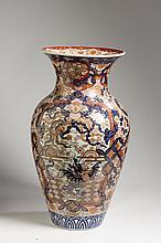 JAPANESE IMARI PORCELAIN 'DRAGON AND PHOENIX' TEMPLE VASE, LATE NINETEENTH CENTURY.
