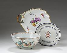 CHINESE EXPORT PORCELAIN 'MANDARIN PALETTE' BOWL, AND AN ARMORIAL OVAL TEAPOT STAND, 1790-1810.