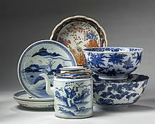 SEVEN CHINESE AND JAPANESE PORCELAIN WARES, LATE NINETEENTH-TWENTIETH CENTURY.