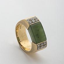 GOLD AND JADE RING SET WITH FLANKING DIAMONDS.