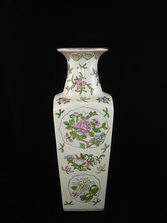 A large Fine Chinese Famille Rose Porcelain Vase