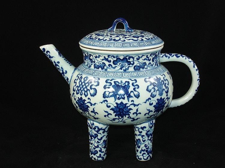 Fine Chinese blue & white porcelain tripod pot