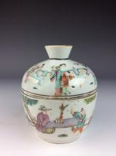 Fine Chinese porcelain pot with cover, famille rose glazed