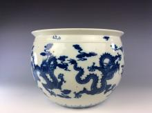 Chinese blue and white porcleian round pot painted with dragons and clouds.