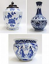 THREE BLUE AND WHITE CHINESE PORCELAIN VESSELS in