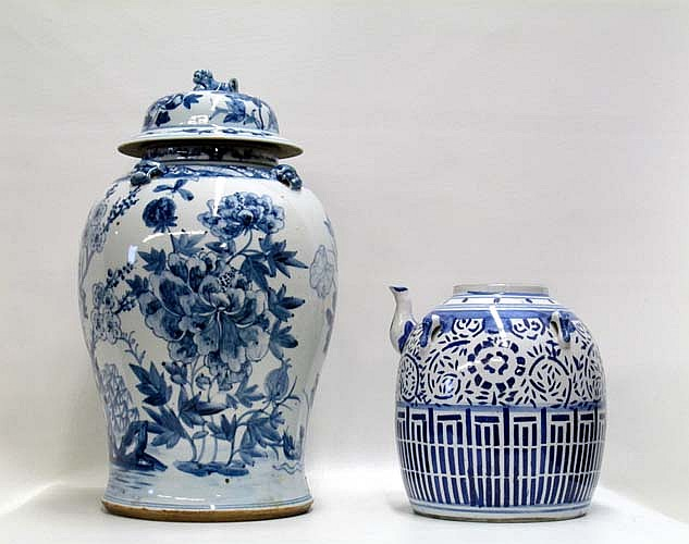 CHINESE BLUE AND WHITE PORCELAIN LIDDED JAR WITH
