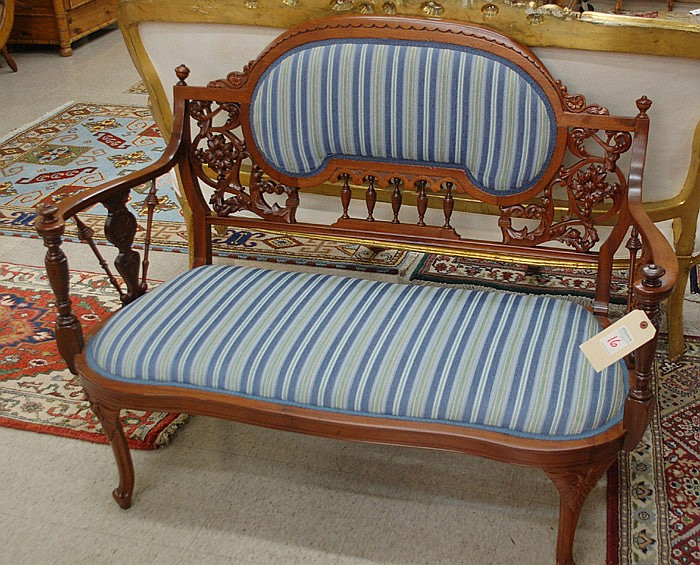 LATE VICTORIAN MAHOGANY SETTEE, American, c. 1900,