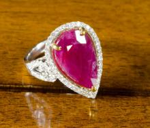 RUBY, DIAMOND AND EIGHTEEN KARAT GOLD RING.  The w