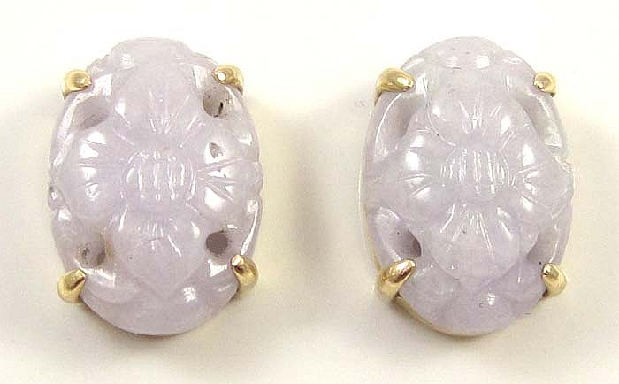 A PAIR OF LAVENDER JADE AND 14K GOLD EARRINGS