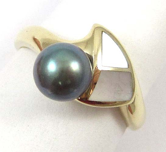 BLACK PEARL, WHITE MOTHER OF PEARL AND 14K GOLD RING