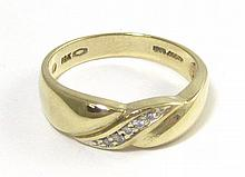 MAN'S DIAMOND AND TEN KARAT GOLD RING, centering a