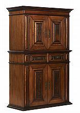 Armário do séc. XVIII com 4 portas e 1 gavetão
