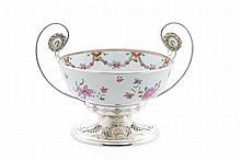 Taça em porcelana CI e montagens em prata Leitão.