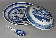 CHINESE EXPORT BLUE AND WHITE CIRCULAR HOT WATER DISH