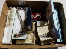 A collection of good quality vintage costume jewellery