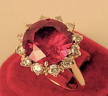 Bague or jaune, pierre synthétique rouge épaulée de 12 petites pierres blanches, taille : 52, poids brut : 6,6 g