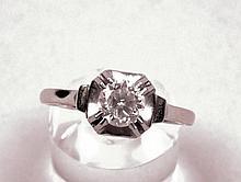 BAGUE solitaire monture en or blanc ornée d'un diamant de 0,6 à 0,7 ct à vue. Poids brut : 2,60 g.