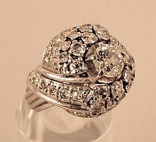 Bague boule entrelacée, or blanc ornée d'un diamant de 0,6 cts environ, épaulée de 22 diamants taillés roses, années 50, taille : 46