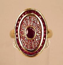 Bague monture or jaune motif oval orné d'un petit rubis serti clos et d'une couronne de petits rubis, poids brut : 6,9 g