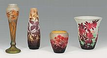 émile GALLé (1846-1904)   Vase oblong sur talon annulaire.    épreuve en verre doublé violet sur fond blanc et jaune. Décor de fuchsias gravé en camée à l'acide.   Signé.   Haut.: 21cm.