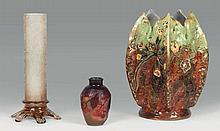 émile GALLé (1846-1904)   Cache pot en barbotine.    épreuve à décor émaillé de fleurs sur fond vert et brun.   Signé.   Haut.: 22,5cm.